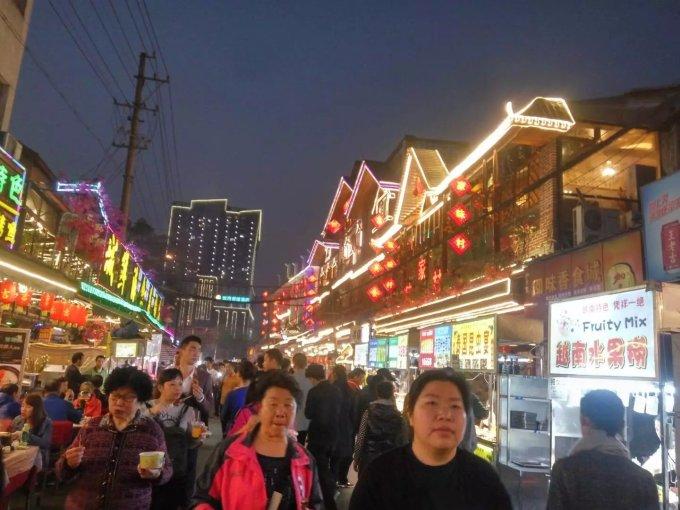 南宁的中山路是全国都很出名的小吃一条街.图片