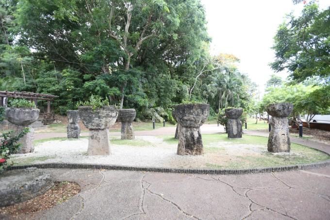 拉提石公园位于关岛行政大厦的正对面,公园内有 8 座巨型拉堤石