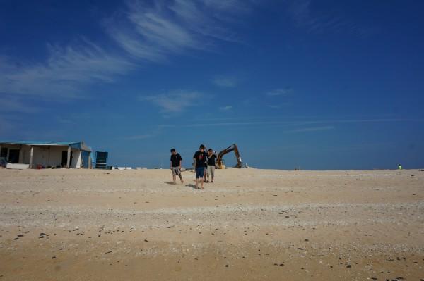 南海游客中心参加一日游行程,上岛后机车或者旅游巴士观光。 目前七美岛以当天往返观光游客为多,下午两点后游客数量少很多,剩下都为停留住一晚的游客,更加可以独享海岸与星空。   鲜有游客,只有山羊和海鸥。这是一个机车停靠不用拔钥匙的小岛。 今日天气一扫昨日阴云,万里无云的晴天,吹着舒服的海风,眼前的景色令人心旷神怡。这是手机镜头拍不出来的感觉。           澎湖最著名的景点--双心石沪。 和昨天下午相比有很大改观。 石沪观赏时间和潮汐规律相关,正常来说涨潮/退潮到将将漫过整个石滬,是最佳的观赏时间,大