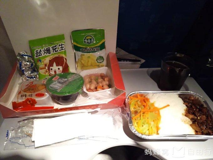 南航经济舱中秋之夜的飞机餐,还不错,有月饼.
