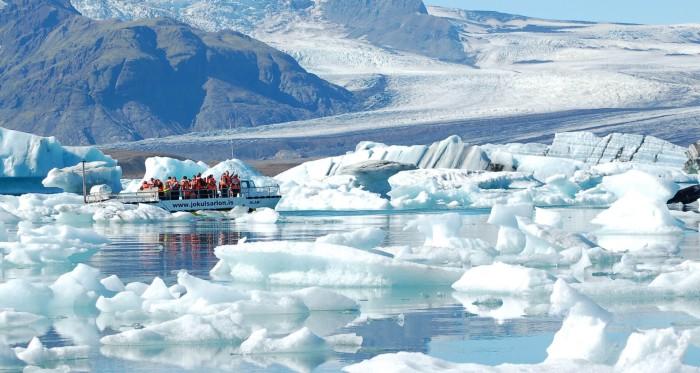 ,冰河湖上面都是冰。 所以冰河湖应该是一年四季都有冰。 但是,也和一天中的不同时间有关,上午和下午的冰量会不一样,这可能和水流有关。 行程里如果确认了具体去冰湖的日期,提醒题主,千万要记得提前在网上预订冰河湖的船票! 因为当时我去的时候,没订票,第一天去,现场完全没票,一整天都没有,全给卖完了。第二天就再跑了一趟,一清早到了售票柜台,结果必须到傍晚才有空位,不得不买了票,然后开到别的地方玩,又特地折回来,只为了坐一回这个冰河湖的船。 而且现场和网上买是一模一样的价格,所以,别忘了提前订杰古沙龙冰河湖的船票