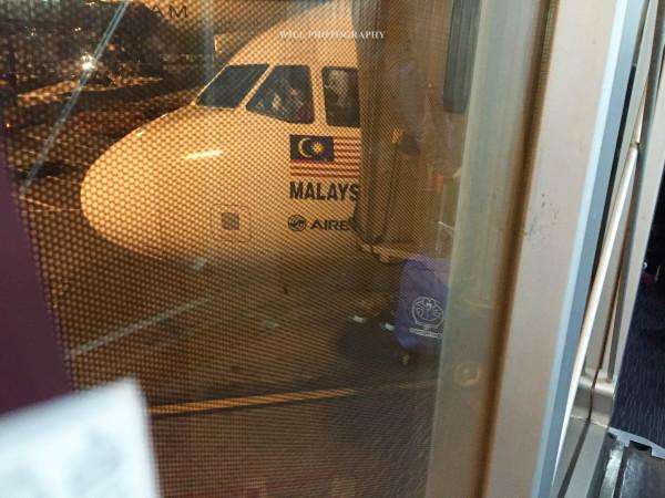 凌晨登上亚航航班,每人占了一排座位