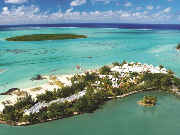 [题主采纳]被沙嘴、沙坝或珊瑚分割而与外海相分离的局部海水水域,称之为泻湖。很多酒店在建造的时候都会人为的在海岸边制造一条隔离带,形成人造泻湖,这样可以隔离风浪,形成一片平静的水面。毛里求斯半岛酒店位于一个小岛上,基本上被泻湖(非泄湖)包围,由下图可见泻湖看上去跟外面的海还是有点不一样的,除了水面比较平静.