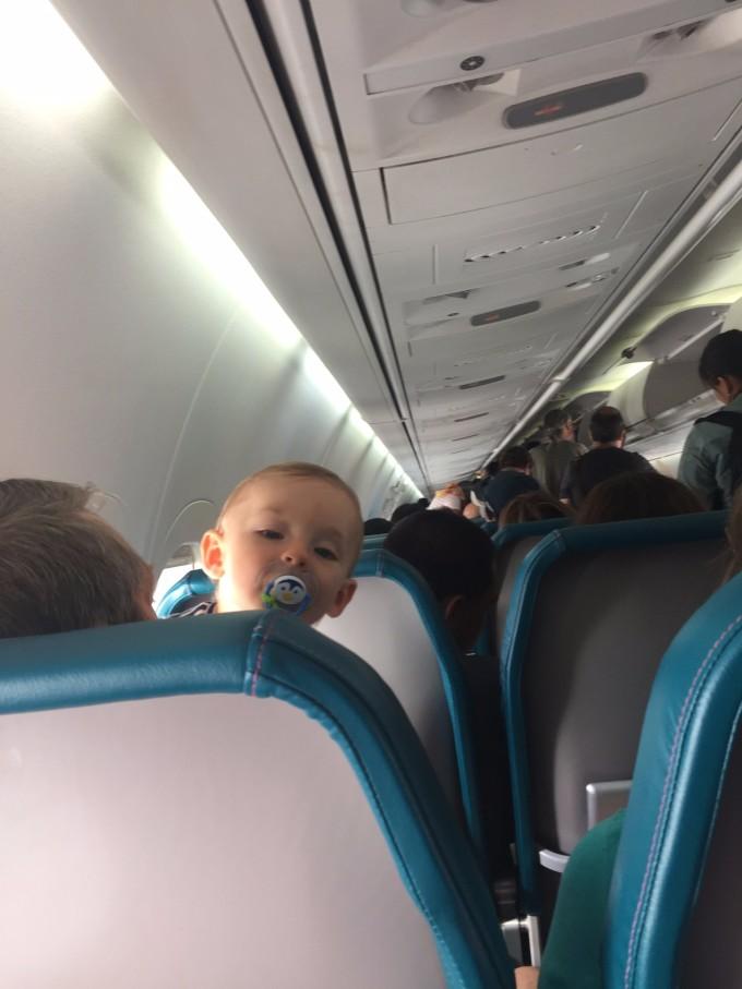 个超级可爱的宝宝,和一个无人看管的孩子,很是老练,空姐陪着上下飞机