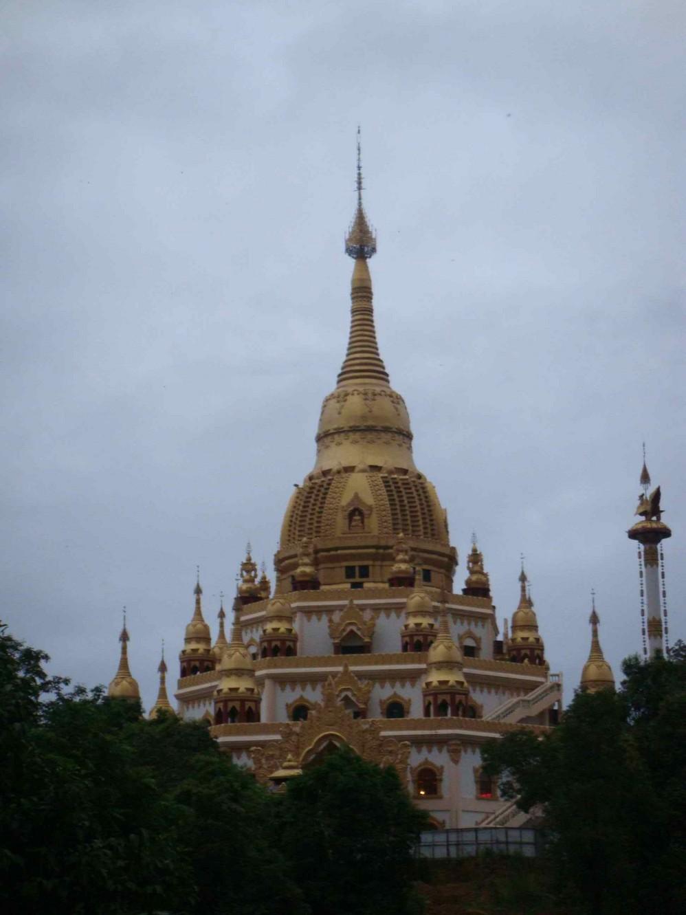 一个寨子里的傣族寺庙)
