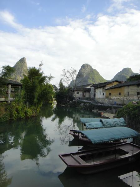 依然有村民在这河边洗衣服,保留着原有的风格.走过这条河,又回到图片