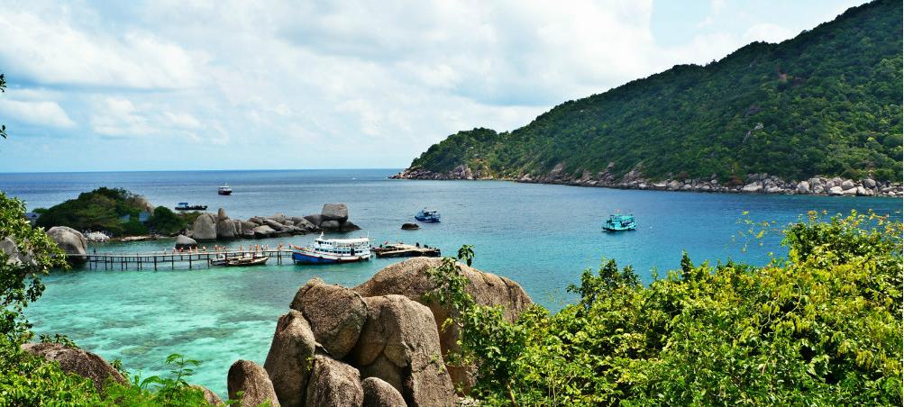 苏梅岛上的干净,狭长白沙滩,是每个人梦想中的热带岛屿仙境.