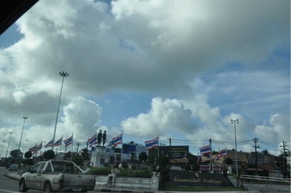 满大街都是泰国国旗迎风飘扬.