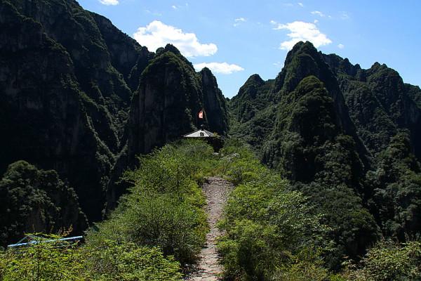 中途还有个亭子,也不知道是干什 梦幻亭上看龙庆峡全貌~~~是挺美图片