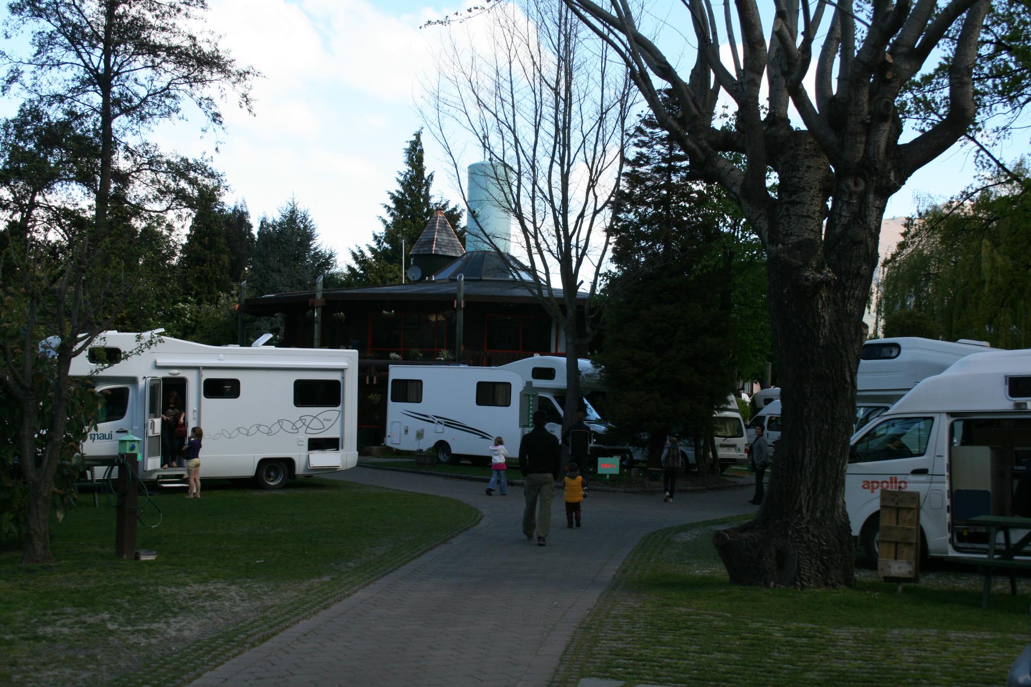 旅游房车营地,好多房车,本来我们也有意玩一次房车的,下次吧.