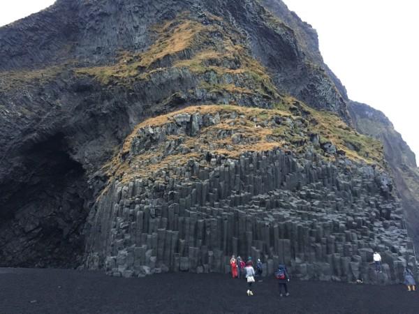 冰岛南岸的地标—金字塔形的玄武岩石柱garar,千万别忘了和它合影留念