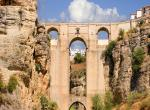 坐落在750公尺峭壁上的小镇,距今已有3000多年历史