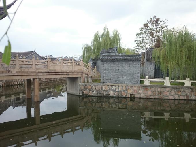 描述,当时的水绘园门有小桥(即今天的霞山桥),桥头有亭,过亭便是芙蕖