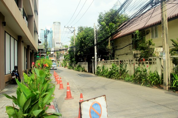 曼谷/出了是隆站,先没有去CENTER WORLD,而是去了出站就看到了...