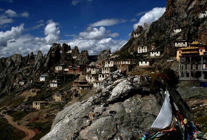(色达天葬五明佛学院遗落在人间的天路)12天拼车川藏北线去领略真正的西藏民俗文化 为什么要走北线?   这段路,你可能会遇到很少的旅行者。   这段路,小孩的眼眸还是相当清澈。   这段路,藏民看到你都会很兴奋地HELLO !   这段路,寺庙无论大小都不收费,对相机也格外开恩。 这段路,是康区的核心,彪悍热情的康巴人,也是路上的风景。 这段路,景色更为原始壮丽,宗教文化浓厚。 这段路,你走过了,不会后悔。    这是一条遗落在人间的天路,这里无论是风光的变幻莫测,还是宗教与历史建筑物的密集度都远胜
