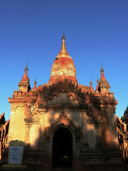 瑞山陀塔虽不是蒲甘最高佛塔,却是唯一一座登塔楼梯建在塔外的古塔
