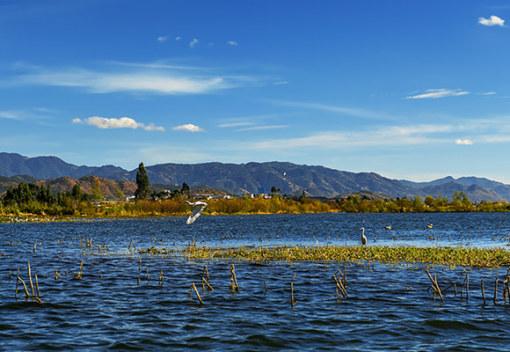 大理洱源县西湖省级风景名胜区,位于洱源县右所西部的佛钟山麓,为高原