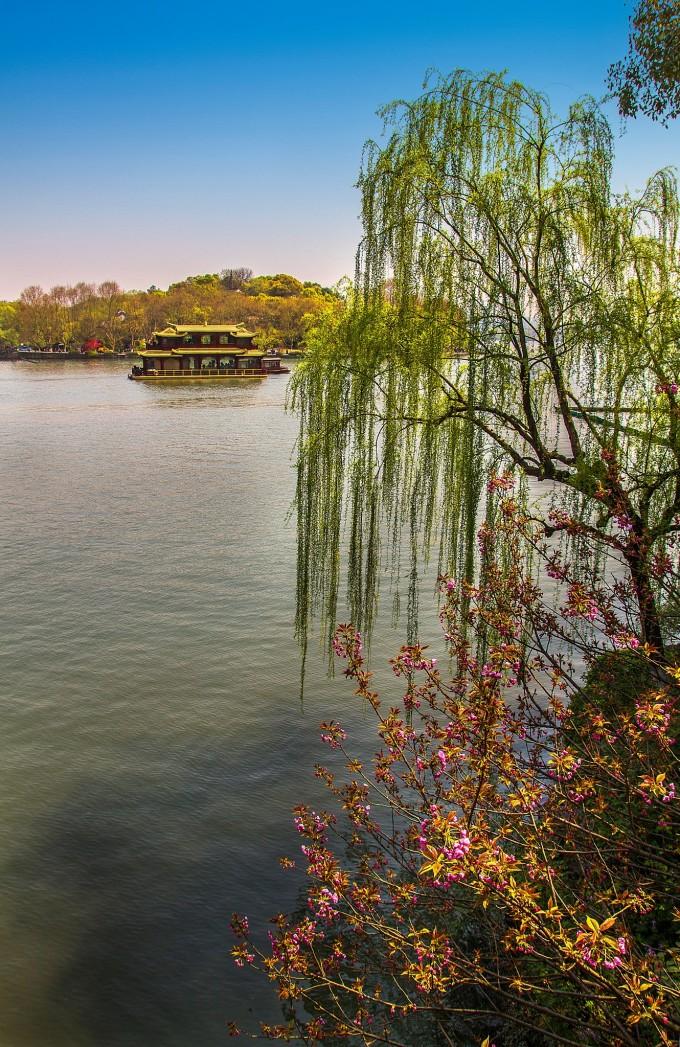 西湖,在游走苏堤,白堤,感觉西湖的美除了本身的自然风光,历史上美丽的传说,更重要的是精心打造的品牌效应,旅游文化及人文建设和精细的管理而提升了西湖的知名度。 西湖古称钱塘湖,又名西子湖,古代诗人苏轼就对它评价道:欲把西湖比西子,淡妆浓抹总相宜。西湖形态为近于等轴的多边形,湖面被孤山及苏堤、白堤两条人工堤分割为5个子湖区,子湖区间由桥孔连通。 西湖,是一首诗,一幅天然图画,一个美丽动人的故事,不论是多年居住在这里的人还是匆匆而过的旅人,无不为这天下无双的美景所倾倒。