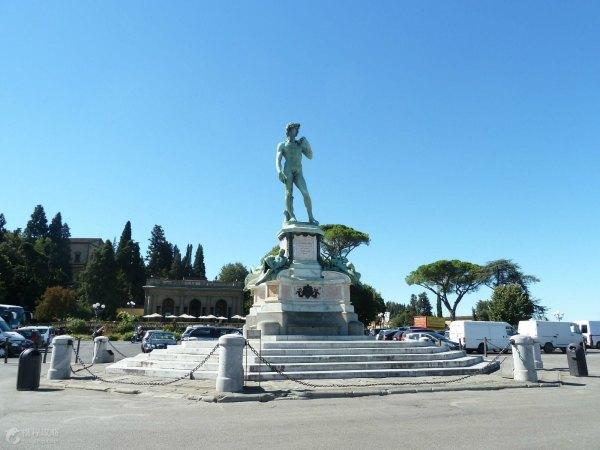 米开朗基罗雕塑作品《大卫》的复制品以及海神喷泉