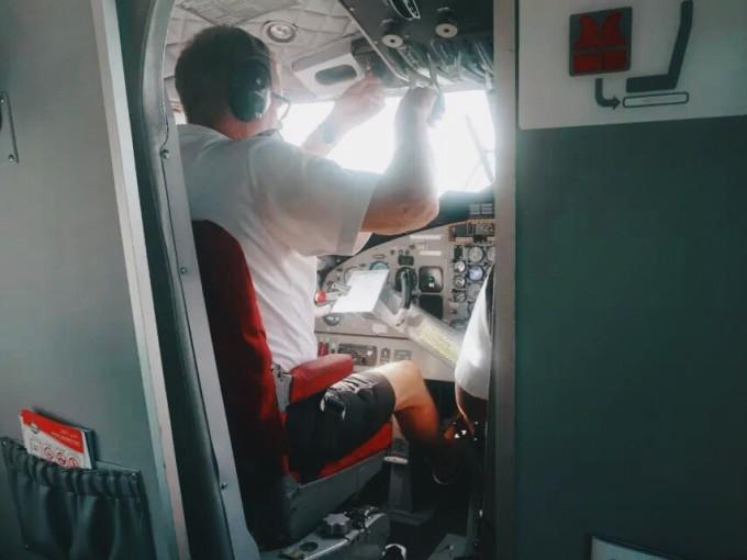 飞机起飞噪音很大,所以起飞前工作人员就给乘客发