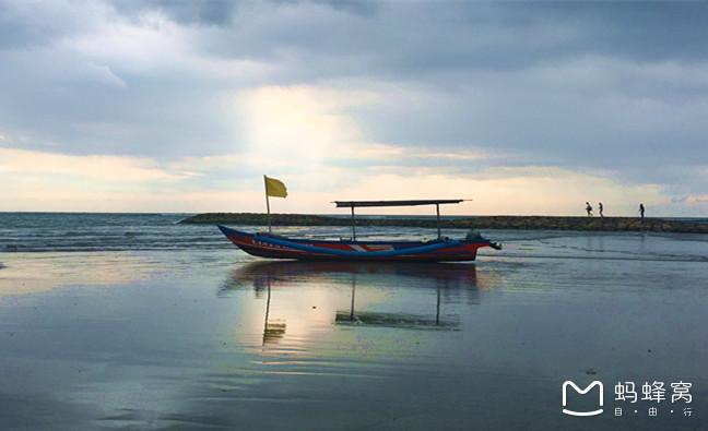 巴厘岛地处赤道,气候炎热而潮湿,是典型的热带雨林气候。在低处,平均温度在21-33之间,但山区温度可以低至5。湿度根据地区及季节不同而异,总体而言很高,平均湿度约在60%-100%之间。 巴厘岛是印尼13600多个岛屿中最耀眼的一个岛,位于印度洋赤道南方8度,爪哇岛东部,岛上东西宽140公里,南北相距80公里,全岛总面积为5620。人口约315万人。地势东高西低,山脉横贯,有10余座火山锥,东部的阿贡火山海拔3142米,是全岛最高峰。居民主要是巴厘人,信奉印度教,以庙宇建筑、雕刻、绘画、音乐、纺织