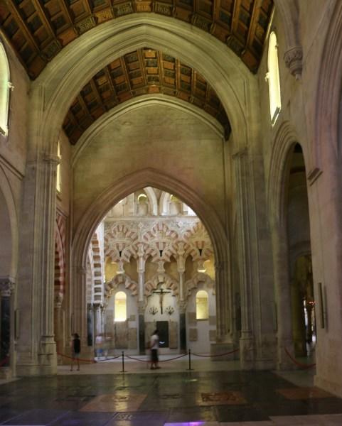 黑白简单的剪纸-清真寺的正中央是本座教堂的十字形拱顶,站在这里右侧(面向出口时