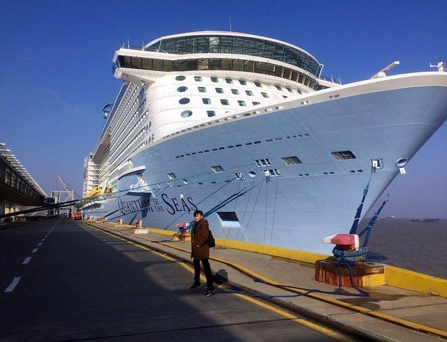 号航空母舰的三倍大。 2.16层高,客房数超过2000间,最大承载人数超过4000人。 不同于传统旅行的目的地,量子号游轮既是交通工具,也是此次海上之旅的家。这艘海上移动城市,被誉为世界最先进的智慧之船,科技之船: 1.名各国籍的服务人员和娱乐表演表演者的人数超过一千名。 2.